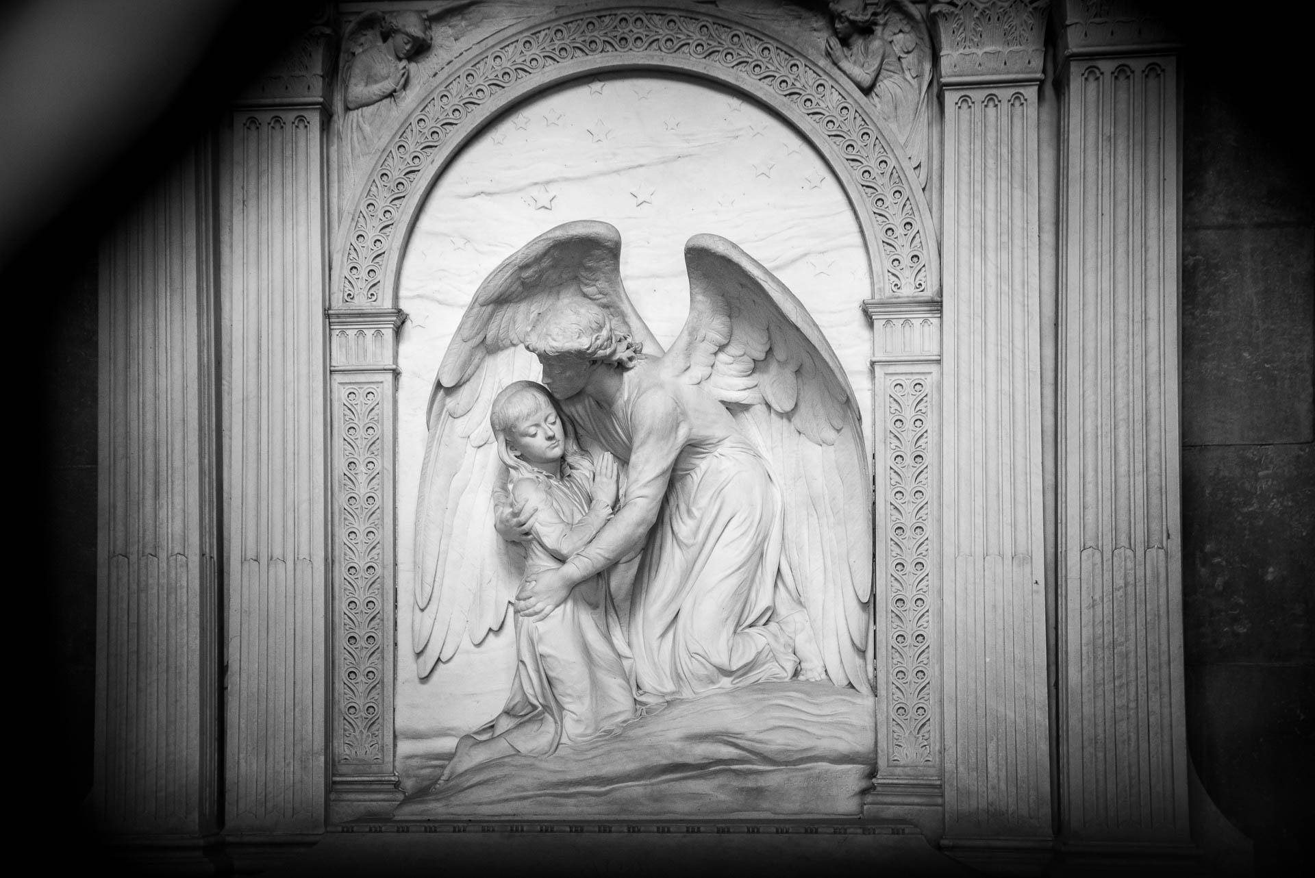 Sculpture de H. H. Armstead au cimetière Highgate, Londres