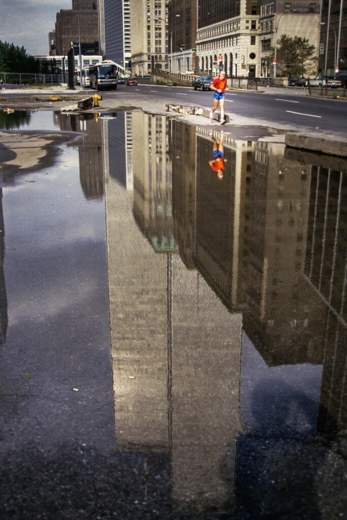 Running with Giants • Courir parmi les géants – New York City, World Trade Center street portrait, 1987